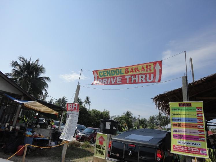 Mungkin satu-satunya di Malaysia, warung kecil yang punya layanan Drive Thru, karena pembelinya ratusan.