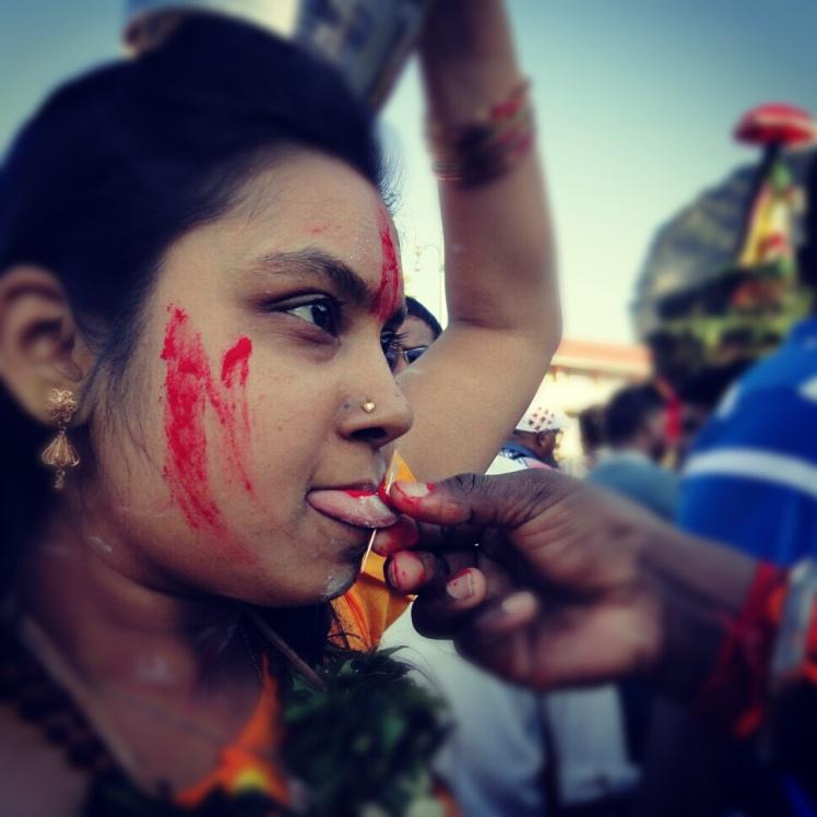 Wanita yang menusuk lidahnya dengan jarum hingga tembus